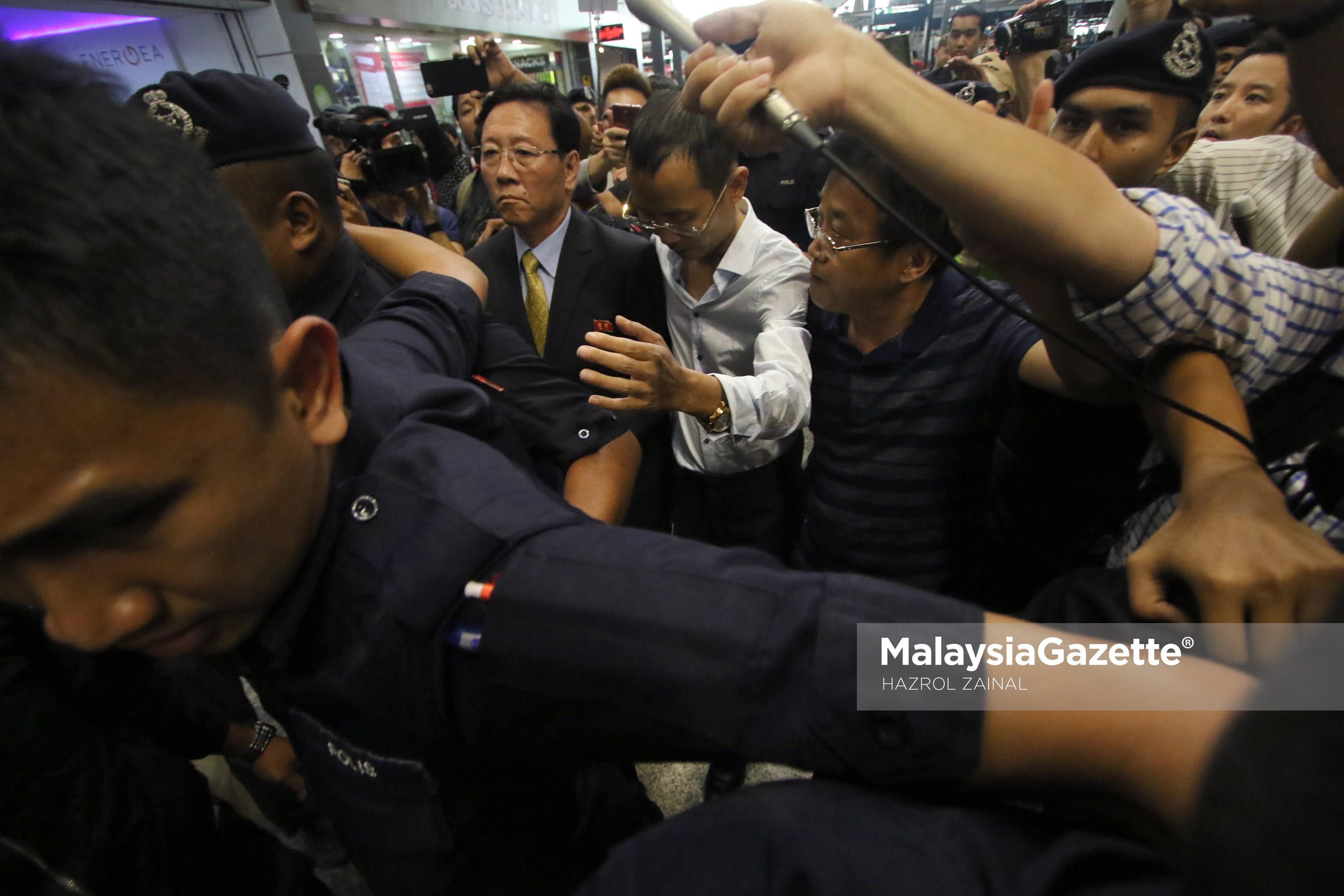 Duta Korea Utara ke Malaysia, Kang Chol (tengah) diiringi anggota keselamatan dari dikerumuni media tempatan dan antarabangsa sebaik tiba di KLIA berikutan kerajaan Malaysia telah mengusir beliau dari Malaysia di Lapangan Terbang Antarabangsa Kuala Lumpur (KLIA), Sepang. foto MOHD HAZROL ZAINAL, 06 MAC 2017.