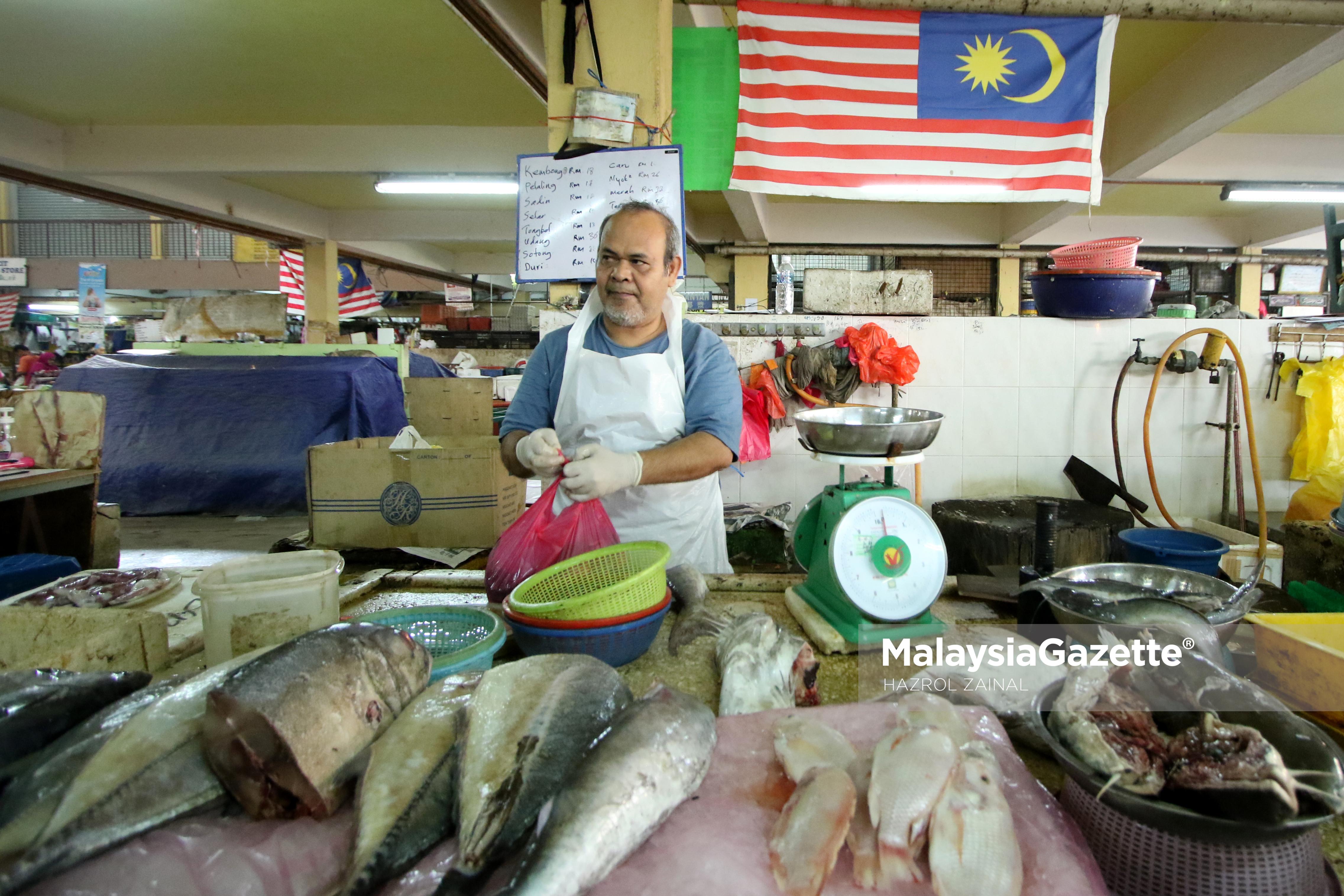 Peniaga, Ishak Shaari menyusun ikan yang dijualnya ketika tinjauan harga barang di Pasar Sungai Besi, Kuala Lumpur. foto MOHD HAZROL ZAINAL, 17 MAC 2017.