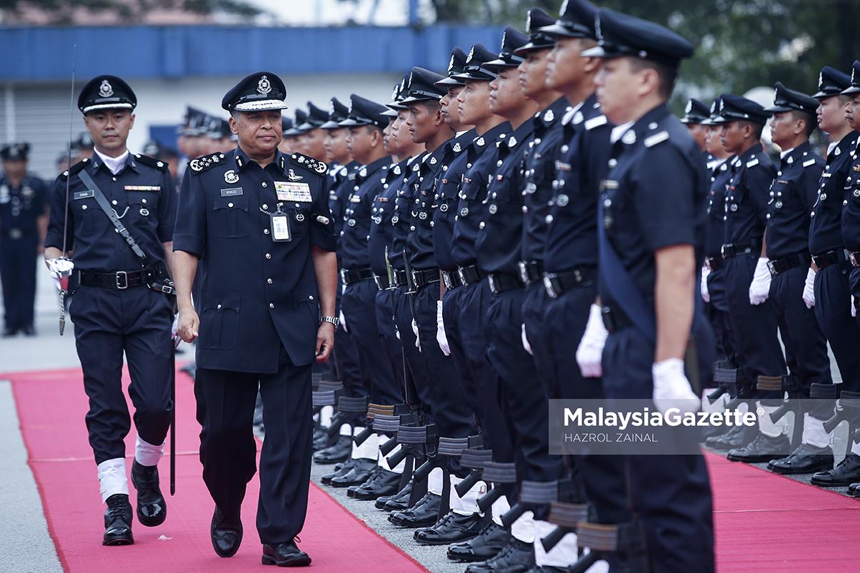 Ketua Polis Negara, Tan Sri Khalid Abu Bakar (dua kiri) memeriksa kawalan kehormat pada Majlis Perhimpunan Bulanan di Bukit Aman, Kuala Lumpur. foto MOHD HAZROL ZAINAL, 12 APRIL 2017.