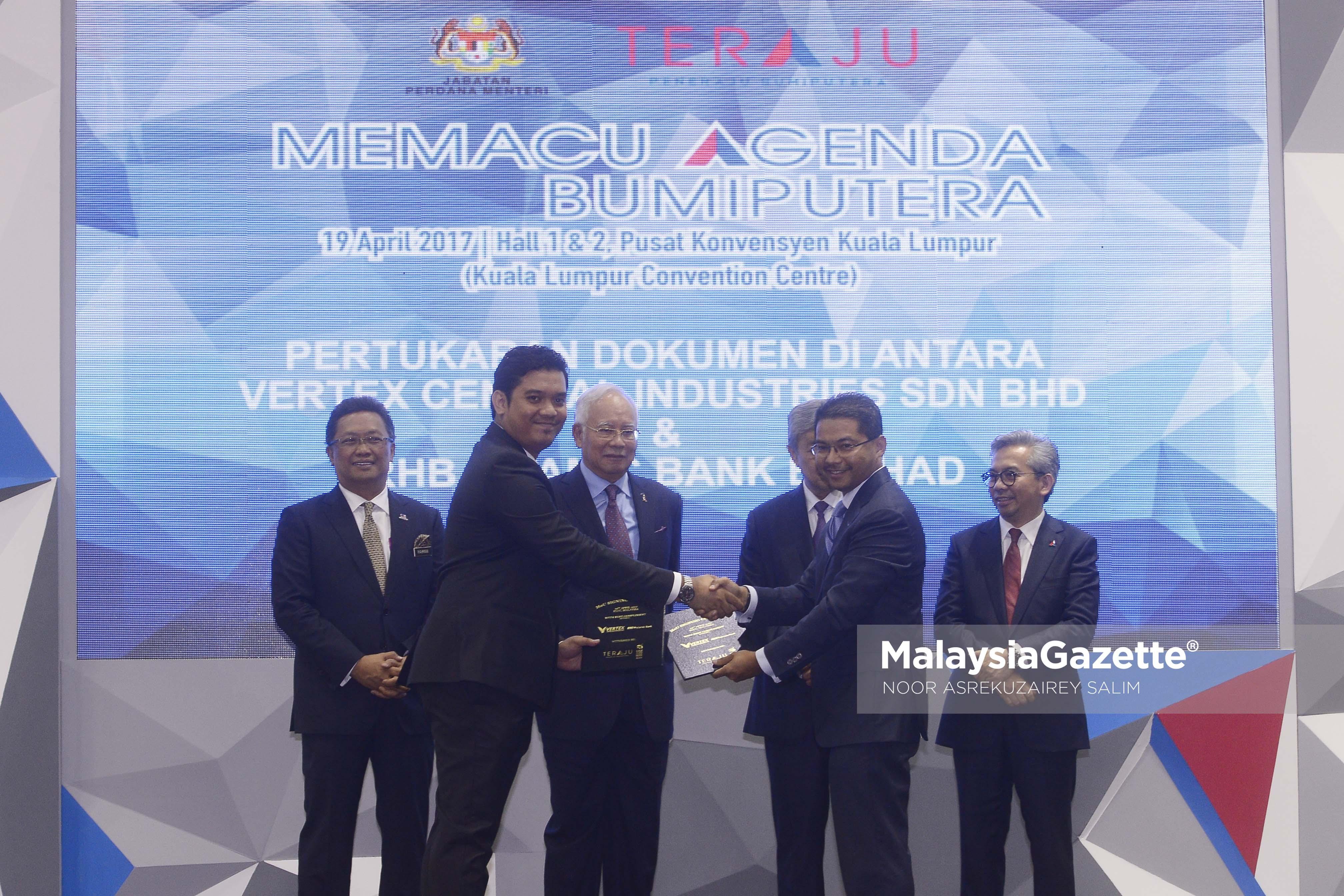 Perdana Menteri, Datuk Seri Najib Tun Razak menyaksikan Ketua Pengarah Kumpulan Vertex Central Industries Sdn Bhd, Mohd Ali Amin Ab Latif (dua kiri) bertukar dokumen persefahaman MoU dengan RHB Islamic Bank Berhad, Datuk Adissadikin Ali (dua kanan) selepas Majlis Pelancaran Halatuju Transformasi Ekonomi Bumiputra 2.0 di Pusat Konvensyen Kuala Lumpur (KLCC), Kuala Lumpur. foto NOOR ASREKUZAIREY SALIM, 19 APRIL 2017