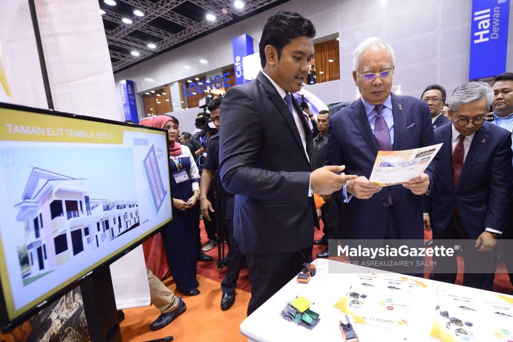 Perdana Menteri, Datuk Seri Najib Tun Razak mendengar penerangan dari Ketua Pengarah Kumpulan Vertex Central Industries Sdn Bhd, Mohd Ali Amin Ab Latif (kiri) ketika melawat tapak pameran pada Majlis Pelancaran Halatuju Transformasi Ekonomi Bumiputra 2.0 di Pusat Konvensyen Kuala Lumpur (KLCC), Kuala Lumpur. foto NOOR ASREKUZAIREY SALIM, 19 APRIL 2017