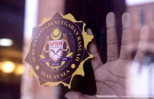 Seorang broker jualan kenderaan bergelar Datuk, yang ditahan reman Suruhanjaya Pencegahan Rasuah Malaysia (SPRM) bagi membantu siasatan kes rasuah dan salah guna kuasa membabitkan projek kerajaan bernilai jutaan ringgit, dibebaskan hari ini.