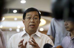 """Pengerusi DAP, Tan Kok Wai berkata, Mohamed Nazri sememangnya gemar mengeluarkan kenyataan yang gempak, tetapi tidak praktikal, malahan bersifat """"tepuk tangan sebelah"""" ."""