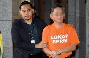 Seorang ketua pegawai eksekutif syarikat berkaitan kerajaan (GLC) yang direman bagi membantu siasatan kes salahguna kuasa membabitkan beberapa projek pembinaan di sini bernilai RM300 juta, dibebaskan Mahkamah Majistret Putrajaya, hari ini.
