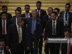 Perdana Menteri merangkap Ahli Parlimen Langkawi, Tun Mahathir Mohamad melambai tangan ketika hadir pada Sidang Dewan Rakyat di Bangunan Parlimen, Kuala Lumpur. foto HAZROL ZAINAL, 23 JULAI 2018.