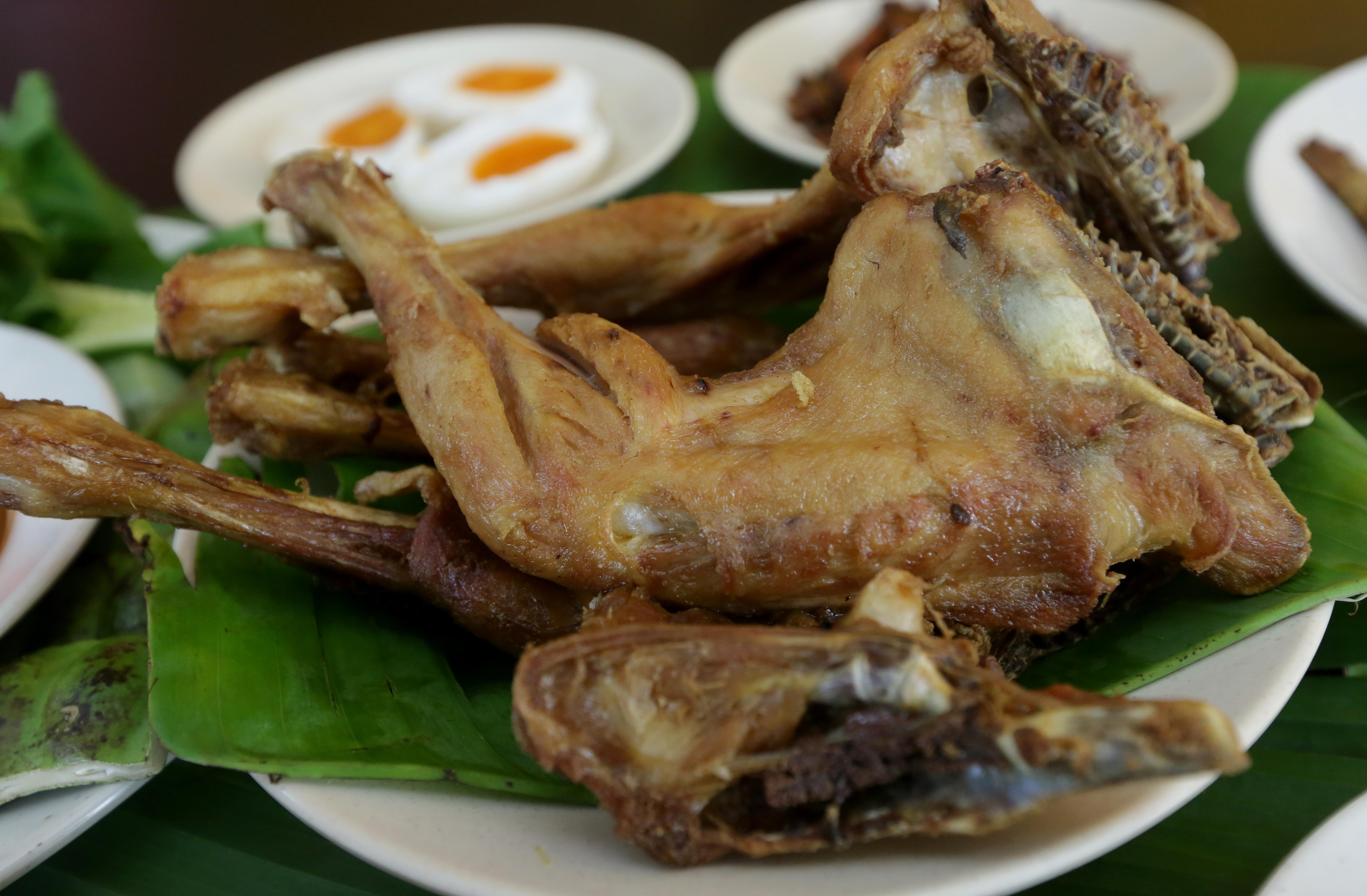 Ayam kampung dara goreng menjadi menu istimewa di Restoran Man Ayam Kampung Seri Kembangan.
