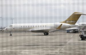Pesawat Bombardier Global 5000 milik Jho Low yang tersadai di Lapangan Terbang Singapura. foto Agensi