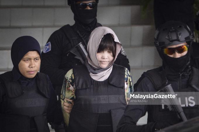 Tertuduh seorang wanita warganegara Vietnam, Doan Thi Huong dikawal ketat oleh anggota polis selepas menghadapi tuduhan membunuh Kim Chol atau Kim Jong-Nam, abang kepada pemimpin Korea Utara dan diarahkan untuk membela diri oleh mahkamah di Mahkamah Tinggi Shah Alam, Selangor. foto AFIQ RAZALI, 16 OGOS 2018.