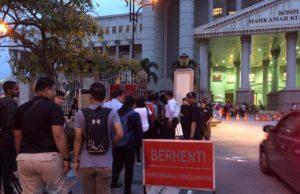 Kawalan keselamatan di Kompleks Mahkamah Kuala Lumpur Jalan Duta pagi ini diperketatkan menjelang pertuduhan ke atas bekas Perdana Menteri, Datuk Seri Najib Tun Razak hari ini.