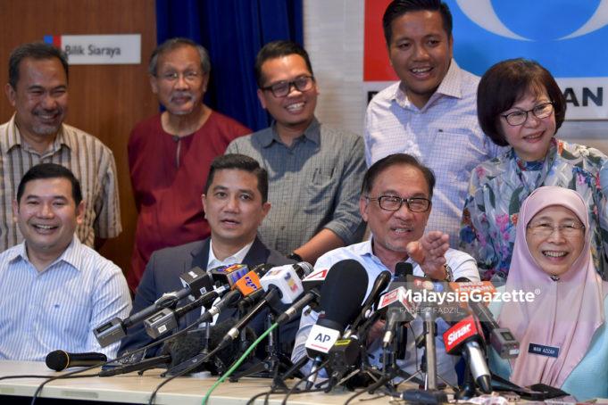 Presiden PKR, Datuk Seri Anwar Ibrahim bercakap pada sidang media mengenai Pilihan Raya Kecil (PRK) Parlimen P.132 Port Dickson di Ibu Pejabat PKR, Petaling Jaya, Selangor. foto FAREEZ FADZIL, 21 SEPTEMBER 2018