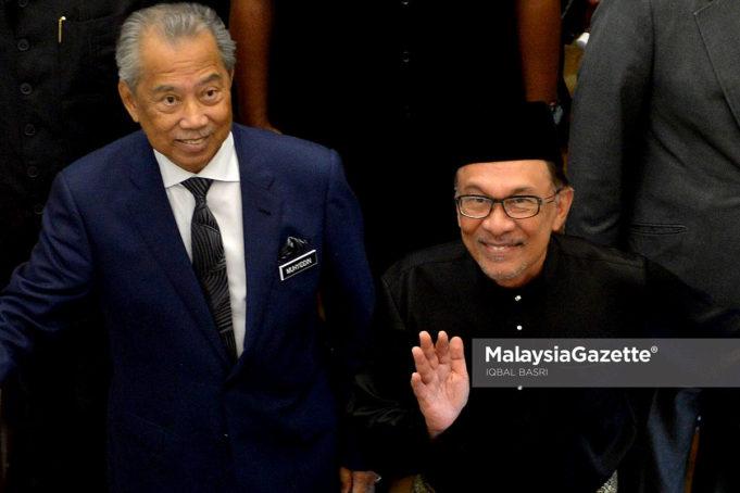 Menteri Dalam Negeri, Tan Sri Muhyiddin Yassn bersama Datuk Seri Anwar Ibrahim menuju ke Dewan Rakyat di Bangunan Parlimen, Kuala Lumpur. foto IQBAL BASRI, 15 OKTOBER 2018.