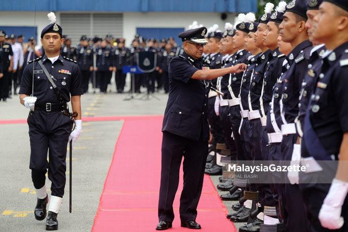 Ketua Polis Negara, Tan Sri Mohamad Fuzi Harun memeriksa perbarisan kawalan kehormat pada Perhimpunan Bulanan Semua Jabatan Peringkat Bukit Aman Anjuran Jabatan Siasatan dan Penguatkuasa Trafik (JSPT) di Bukit Aman, Kuala Lumpur. foto IQBAL BASRI, 24 OKTOBER 2018