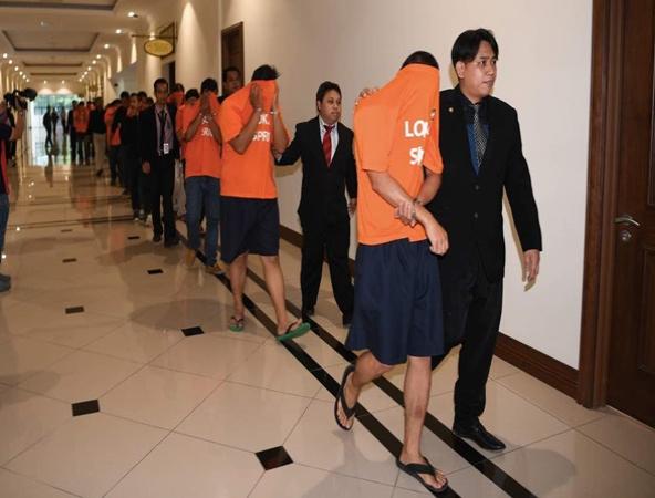 Sepuluh anggota polis dan seorang pesara polis direman tujuh hari mulai hari ini bagi membantu siasatan Suruhanjaya Pencegahan Rasuah Malaysia (SPRM) berhubung kes rasuah disyaki berkaitan aktiviti dadah.