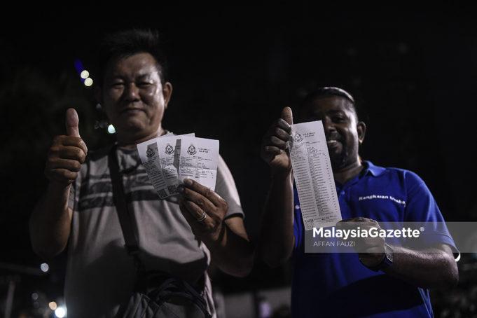 Chong Kwai, 54, (kiri) dan LogaNathan, 33, menunjukkan resit saman selepas selesai membuat semakan dan bayaran saman yang diberikan diskaun sehingga 50 peratus sempena Hari Bersama Pelanggan Jabatan Siasatan dan Penguatkuasaan Trafik (JSPT) Kuala Lumpur ketika tinjauan lensa MalaysiaGazette di Balai Polis Trafik Kuala Lumpur, Jalan Tun H S Lee, Kuala Lumpur. foto AFFAN FAUZI, 08 NOVEMBER 2018