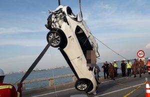 Usaha mengangkat keluar sebuah kenderaan utiliti sukan (SUV) yang terhumban ke laut Ahad lepas berjaya, apabila sebahagian daripada badannya mulai timbul di permukaan laut kira-kira pukul 5.45 petang.
