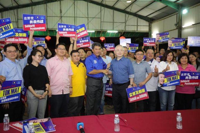 Ka Siong (tengah, kanan) bersama Mohamad selepas perjumpaan dengan pimpinan tertinggi parti