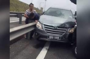 Wei Liang (baju belang) bergaduh dengan Syed Muhammad Danial yang menyebabkan kematian lelaki berusia 29 tahun itu.