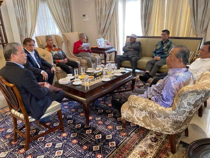 Pertemuan dengan Tun M cadang kerajaan tanpa DAP, Anwar - Ahmad Zahid